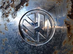 Rostige Radkappe mti VW-Logo