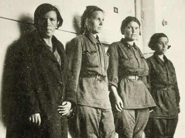 Sowjetische Soldatinnen, vermutlich vor einem Verhör. Sowjetunion, ohne Datierung