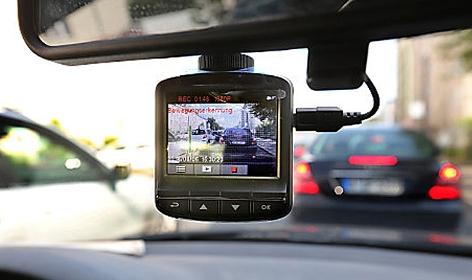 Eine Dashcam, befestigt an der Windschutzscheibe eins Autos