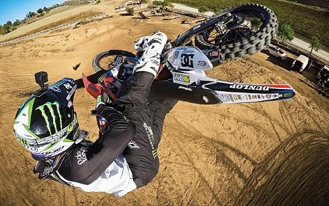 Motorradfahrer mit einer GoPo-Helmkamera bei einem Stunt