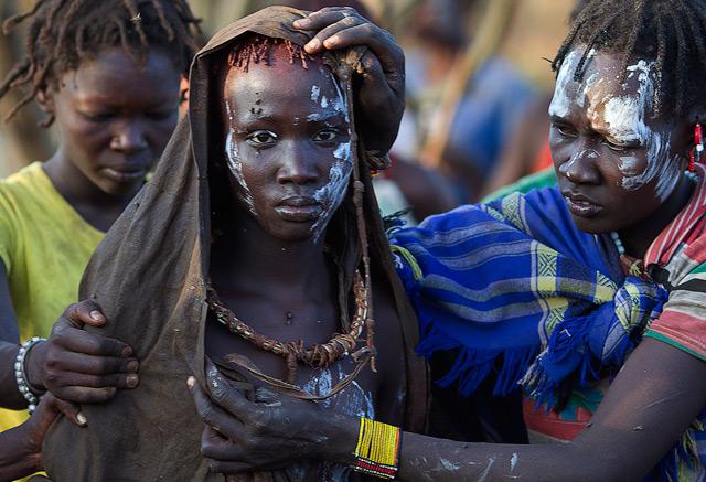 Mädchen in Kenia bei Beschneidungsritual
