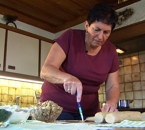 Bergbäuerin macht Blattl mit Sauerkraut