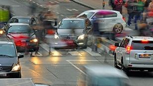 Kreuzung mit vielen Autofahrern