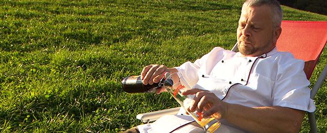 Küchenchef aus Maria Alm trinkt ein Bier