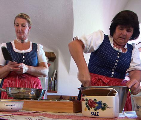 Bergbäuerinnen in Saalfelden machen Kaspressknödel