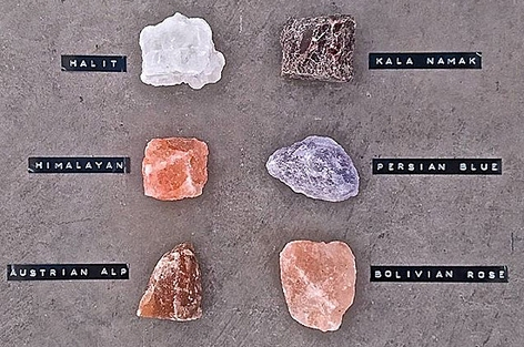Verschiedene Salzarten in bunten Farben
