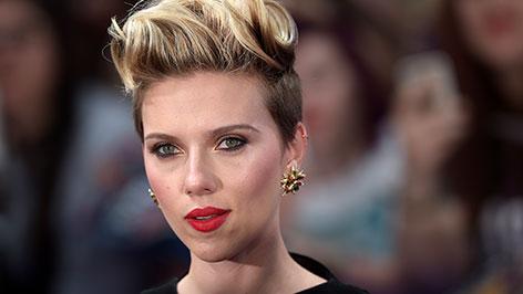 Scarlett Johansson lächelt