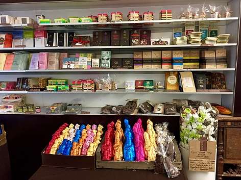 Ein prall gefülltes Regal voll Schokolade