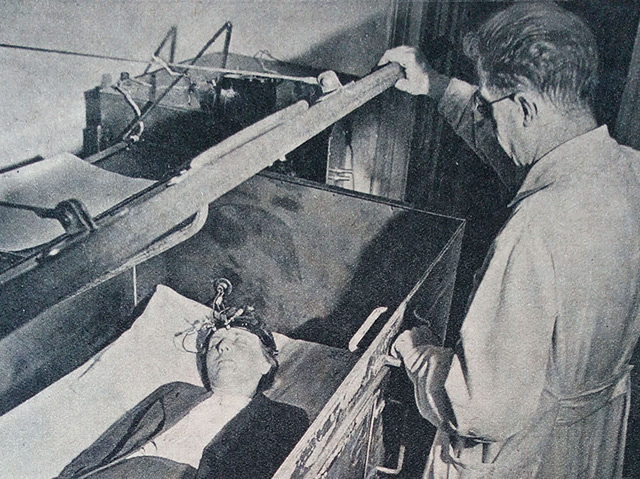Der Psychologe Hubert Rohracher bei einer EEG-Untersuchung