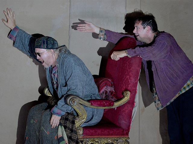 """Nicholas Ofczarek als """"Hamm"""" und Michael Maertens als """"Clov"""" im Stück """"Endspiel"""" von Samuel Beckett im Sommer 2016 im Salzburger Landestheater"""