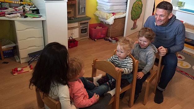 Andi Knoll mit einer Gruppe Kindern