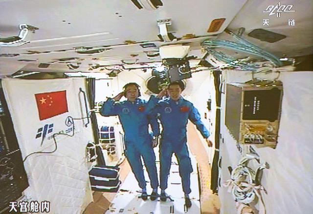 Chinesische Taikonauten Jing Haipeng und Chen Dong in der Raumstation