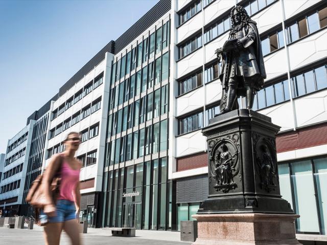 Leibniz-Denkmal im Leibnizforum an der Universität Leipzig