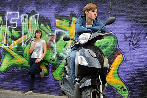 Jugendliche mit Scooter