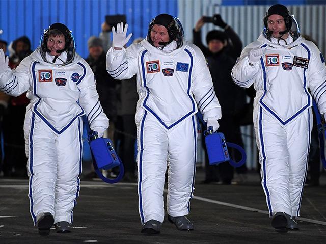 Peggy Whitson, Oleg Novitsky und Thomas Pesquet (v.l.n.r) kurz vor dem Start