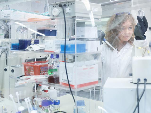 Die Biologin Christa Schleper steht im Labor