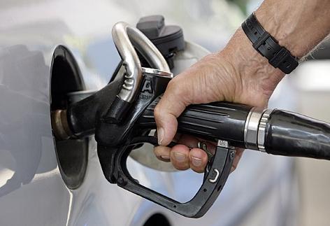 Ein Mann betankt an einer Tankstelle sein Auto