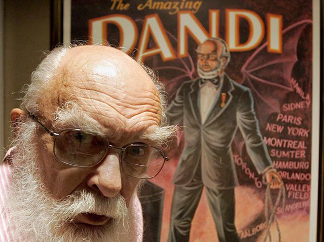 James Randi vor einem alten Plakat aus seiner Zeit als Magier
