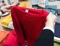 ein roter Pullover in einem Geschäft