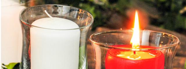 Adventkranz mit einer angezundenen Kerze