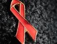 Eine rote Aids-Schleife auf schwarzem Hintergrund