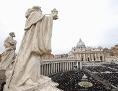 Blick auf den Petersplatz. Links im Bild zwei Statuen aus Stein