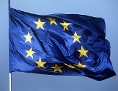 Eine Europaflagge flattert im Wind