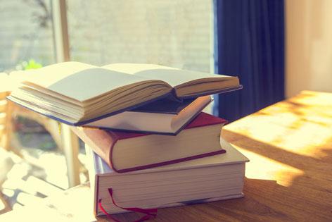 Bücherstapel im Sonnenlicht