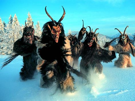 Krampusse im Salzburgischen laufen durch den Schnee