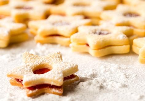 Weihnachtskekse mit Marmelade und Staubzucker