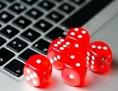 Glücksspiel am PC - Würfel und Laptop