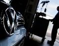 Ein Kfz-Mechaniker lädt im Rahmen der Rückrufaktion zum Abgasskandal ein Software-Update auf einen Volkswagen Golf