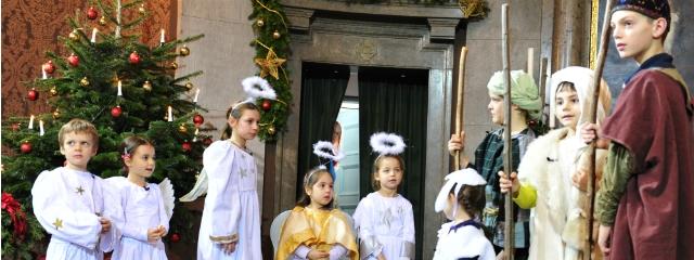 Krippenspiel mit verkleideten Kindern am Altar