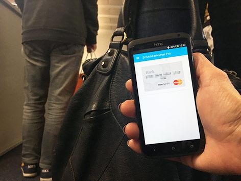 Smartphone zeigt Kreditkartendaten eines ahnungslosen Passanten