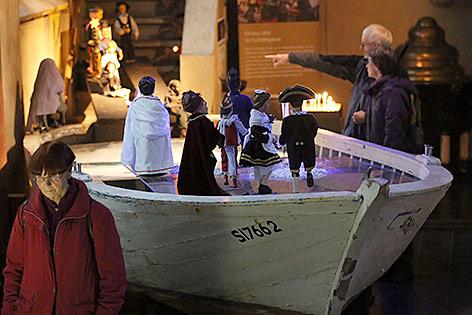 Weihnachtskrippe aus einem Flüchtlingsboot in einer katholischen Gemeinde in Köln