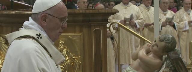 Papst Franzikus mit der Figur des Jesuskindes im Petersdom