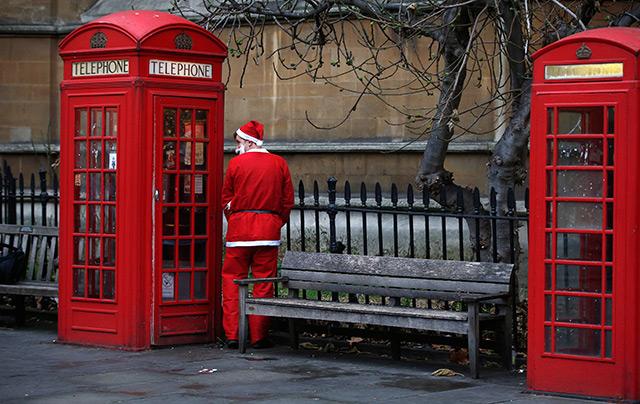 Weihnachtsmann erledigt neben Londoner Telefonzelle sein Geschäft