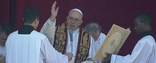 Der segnende Papst Franziskus auf dem Balkon.