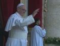 Der winkende Papst Franziskus auf dem Balkon.