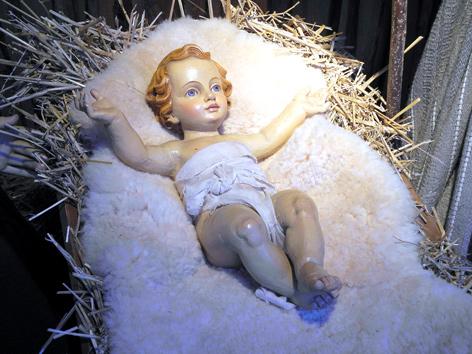 Christkind-Puppe in einer Krippe