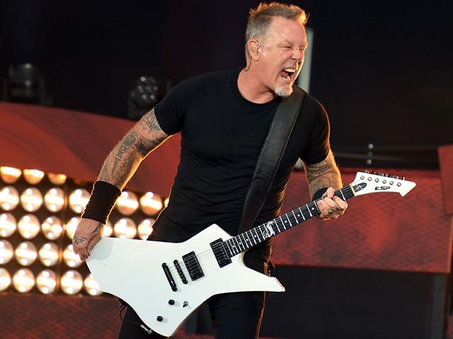 James Hetfield von Metallica spielt Gitarre und reißt seinen Mund auf