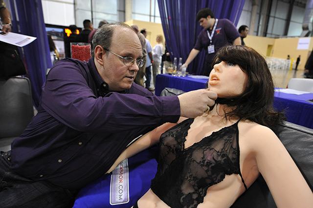 """Douglas Hines, Entwickler des Sexroboters """"Roxxxy"""", adjustiert den Kopf des Maschinenmenschen"""