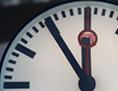 Auf einer Uhr ist es fünf Minuten vor zwölf