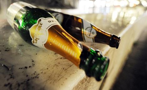 Sekt und Bierflasche