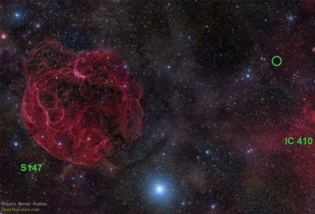 Himmelsaufnahme der Region in Richtung des Sternbilds Fuhrmann, in der der Radiostrahlungsausbruch FRB 121102 entdeckt wurde.