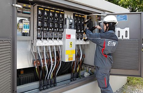 ein EVN-Lehrling vor einem offenen Stromkasten