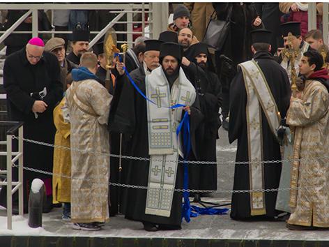Metropolit Arsenios, Bischof Ägidius Zsifkovits und Mitzelebranden bei der Wassertaufe 2016 am Wiener Donaukanal