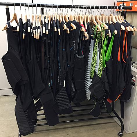 Kleiderständer voller Rückenprotektoren im Testlabor des VKI