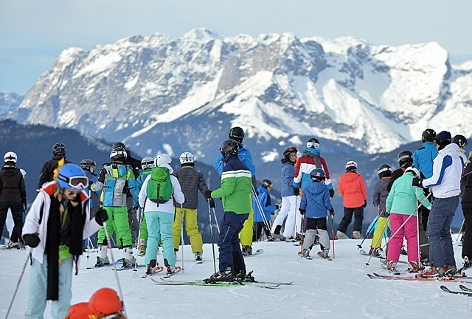 Skifahrer vor der Abfahrt auf der Piste