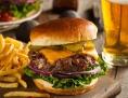 Burger, Pommes und Bier